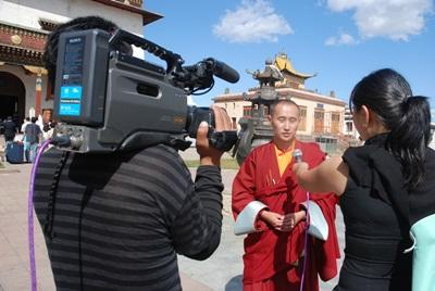 Journalism intern in Asia interviews a monk for a broadcast with Projects Abroad