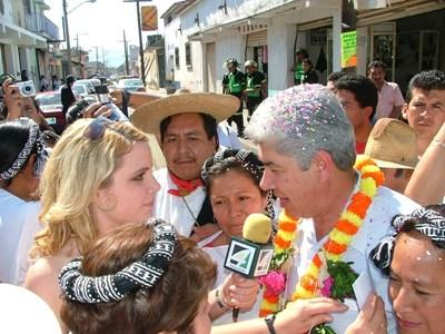 Journalism intern in Central America interviews local man for a broadcast by Projects Abroad