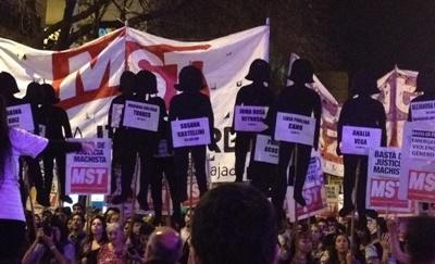Projects Abroad Human Rights interns join a march raising awareness of femicide in Argentina, Latin America