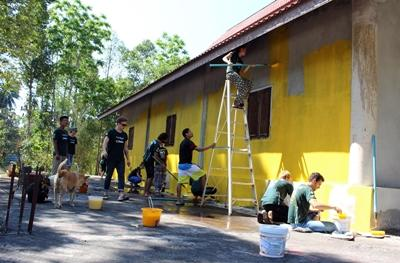 Volunteers doing a community day in Thailand
