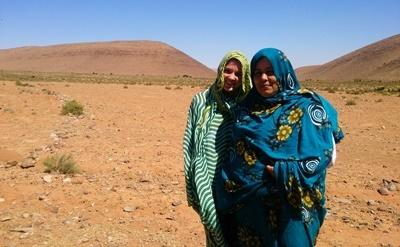Projects Abroad volunteer on the Nomad Project with her host family in the Saharan desert in Africa.