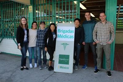 Projects Abroad volunteers outside their project in Mexico.