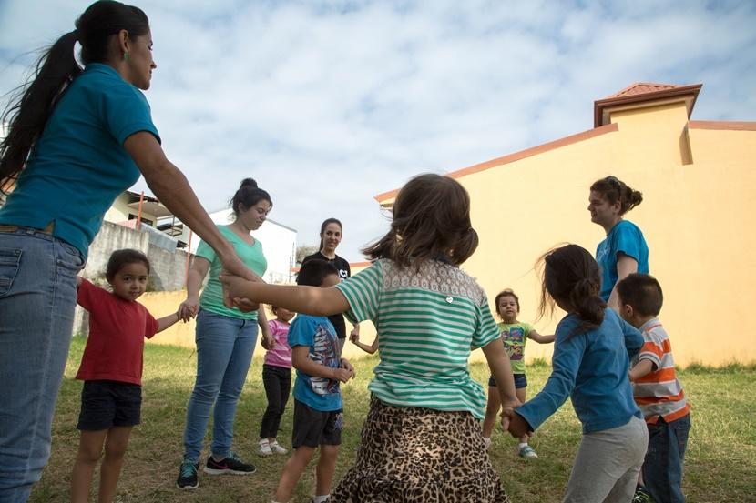 A group of Projects Abroad volunteers play a game during recess for their kindergarten class in Costa Rica