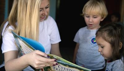 Projects Abroad Alternative Spring Break volunteer reads to local Costa Rican children.