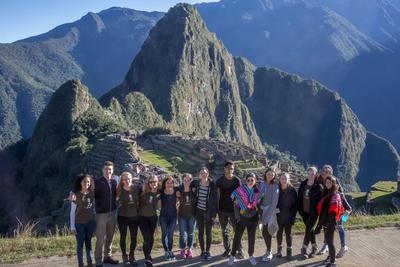 Un groupe de volontaires devant le Machu Picchu au Pérou