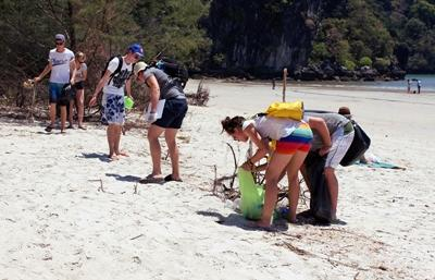 Projects Abroad Conservation & Community volunteers participate in a beach clean-up in Thailand