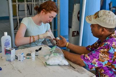 Projects Abroad High School Special volunteer participates in a Public Health outreach in the Philippines, Asia.