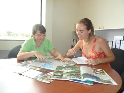 Volunteer and staff analyze the news on the Journalism project in Costa Rica