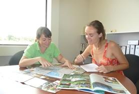 A volunteer at her print journalism placement in Costa Rica works with the editor.
