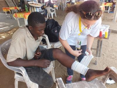 A local resident receives treatment from a Projects Abroad volunteer
