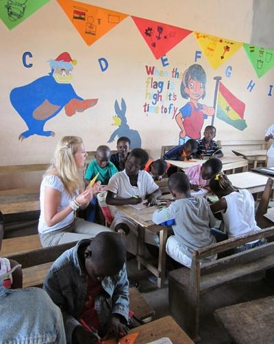 Volunteer teaches children in a classroom in Ghana with Projects Abroad