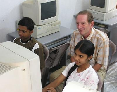 Volunteer teaches IT to school children in Sri Lanka